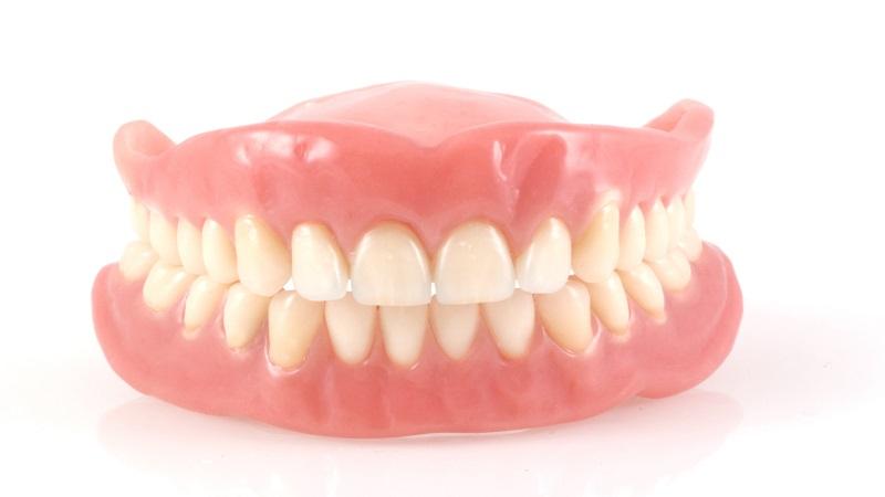 تفاوت ایمپلنت دندان و پروتز دندان   بهترین دندانپزشک زیبایی اصفهان